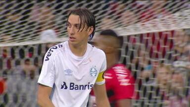 Geromel e Jean Pyerre não treinam com o Grêmio e devem ser desfalque contra o Flamengo - Geromel e Jean Pyerre não treinam com o Grêmio e devem ser desfalque contra o Flamengo