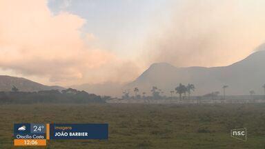 Incêndio atinge vegetação em terreno no Pântano do Sul, em Florianópolis - Incêndio atinge vegetação em terreno no Pântano do Sul, em Florianópolis