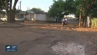 Moradores reclamam de rua esburacada no Jardim Maria Casagrande Lopes em Ribeirão Preto - Prefeitura informou que reparo no asfalto começará a ser feito nesta quinta-feira (3).