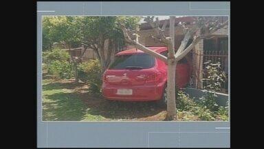 Carro derruba cerca de casa em bairro de Chapecó - Carro derruba cerca de casa em bairro de Chapecó