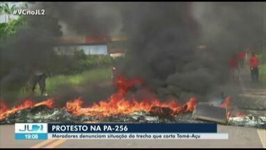 Moradores interditam trecho da PA-256 próximo à Tomé-Açú, no PA - Manifestantes atearam fogo em pneus para impedir a passagem de veículos.