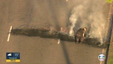 Homens encapuzados ateiam fogo em pneus na Radial Oeste - Policias conseguiram conter o incêndio. Homens encapuzados atearam fogo a pneus na faixa de rolamento da Radial Oeste.