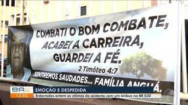 Vítimas de acidente entre ônibus e caminhão são enterradas nesta sexta-feira (4) - A batida foi na noite de quarta-feira (2), perto de Guanambi, na BR-030.