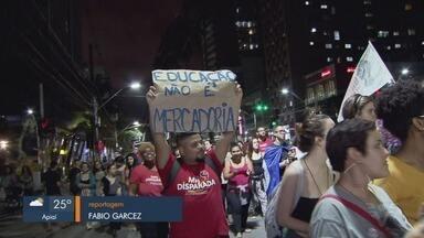 Estudantes protestam contra cortes nas verbas da educação e privatização de estatais - Manifestação foi realizada nas ruas de Santos nesta quinta-feira (3).