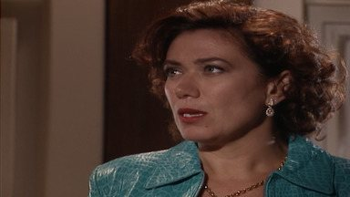 Capítulo de 14/03/2001 - Bernardo bate com o carro. Gisela desmaia na festa e é socorrida por paramédicos. Carlos é preso e Daphne consegue libertá-lo.