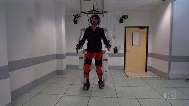 Implante cerebral permite a homem tetraplégico comandar movimentos dos braços e pernas - Equipamento que parece um robô acoplado ao corpo do paciente, chamado de exoesqueleto, é controlado por computador que recebe informações de sensores implantados no cérebro.