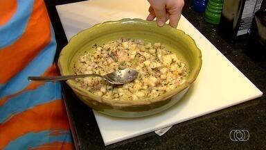 Veja como preparar uma receita de vinagrete de abacaxi - Prato refrescante leva cebola e pimenta.