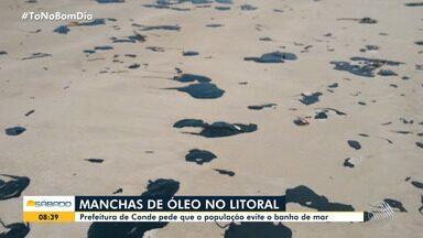 Manchas de óleo que se espalharam pelo litoral nordestino chegam em praias da Bahia - Prefeitura de Conde, onde óleo apareceu, pede que população evite banho de mar.