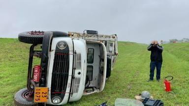 Caminhão carregado de butijões de gás tomba na BR-290 - Assista ao vídeo.