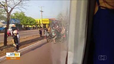 Moradores protestam em estação contra redução dos ônibus nos fins de semana e feriados - Moradores protestam em estação contra redução dos ônibus nos fins de semana e feriados