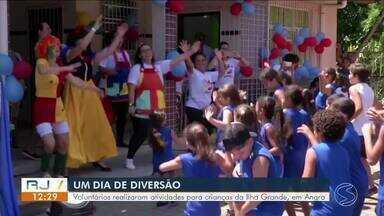 Voluntários criam projeto para o Dia das Crianças em Angra dos Reis - Mais de 50 voluntários realizaram várias atividades para tornar a data especial para a criançada de escola municipal da Ilha Grande.