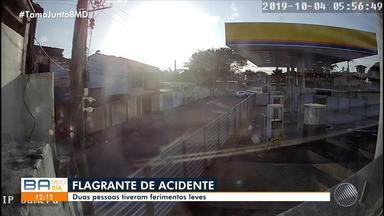Câmeras de segurança flagram acidente que deixou duas pessoas feridas em Porto Seguro - A batida entre dois carro aconteceu na manhã de sexta-feira (4).