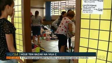 Bazar arrecada dinheiro para famílias que perderam casa em incêndio - Esse é o segundo bazar feito para ajudar as famílias da Vila C.