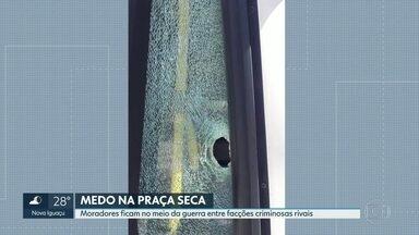 Polícia Militar realiza operação na Praça Seca, na Zona Oeste - Quem mora na região tem sofrido com a guerra entre facções rivais há três dias.