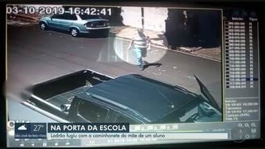 Ladrão escondido furta caminhonete na porta de escola em Morro Agudo, SP - Câmera de segurança registrou ação, enquanto motorista busca aluno no colégio.