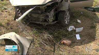 Adolescente morre e dois homens ficam feridos em acidente em Caruaru - Carro de passeio colidiu em defensa metálica da BR-232, saiu da pista e caiu em uma ribanceira, diz PRF.