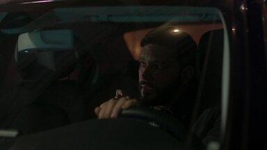 Diogo observa quando Mário entra no bar - O editor vê Silvana no local e tenta se afastar para não criar problemas com Nana