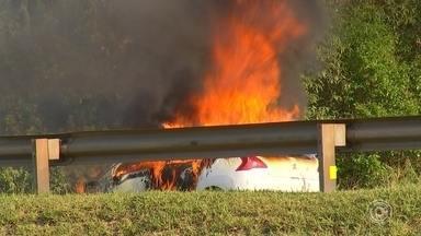 Carro pega fogo na Castello Branco em São Roque - Um carro pegou fogo na tarde deste sábado (5), no quilômetro 60 da Rodovia Castello Branco, em São Roque (SP), no sentido capital.
