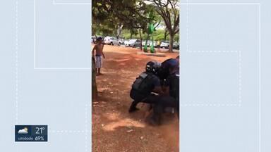 Briga entre flanelinhas no Parque da Cidade - Os frequentadores do Parque da Cidade ficaram assustados com a confusão nesse domingo (6). Os guardadores de carro trocaram socos numa disputa por espaço.