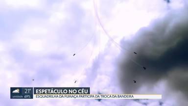 Esquadrilha da Fumaça participa da troca da bandeira - A apresentação da Esquadrilha da Fumaça faz parte das comemorações do Dia do Aviador e da Força Aérea Brasileira.