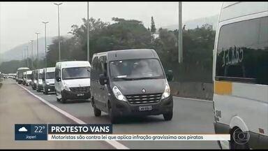 Motoristas de vans protestam contra lei que aplica infração gravíssima aos piratas - Os motoristas de vans estão indo em direção ao Centro da Cidade. Eles são contra a lei que tornou mais rígida contra transporte pirata.