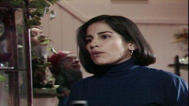 Capítulo de 24/05/1988 - Fátima procura Raquel e as duas discutem. César rouba o dinheiro de Fátima e some. O dono do apartamento expulsa Fátima e Raquel descobre.
