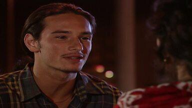 Capítulo de 11/11/1995 - Serginho decide ajudar Dara. Ivan fica surpreso ao descobrir que Vera é casada com Júlio Falcão. Serginho vai até o prédio de Dara e se apresenta à família dela.