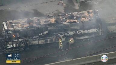 Ônibus pega fogo na Avenida Brasil, altura de Bonsucesso - undefined