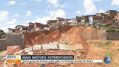Moradores de outros pontos da encosta têm imóveis interditados em Fazenda Grande do Retiro - Após o desabamento de três imóveis no fim de semana, cerca de 70 casas podem ceder.