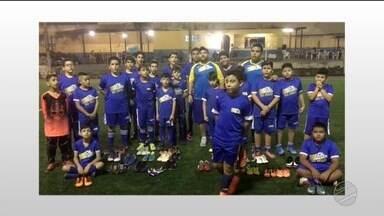 Esporte Solidário: escolinha se une pra ajudar crianças carentes - Participe da campanha doando tênis de futsal ou chuteira de futebol até o dia 11