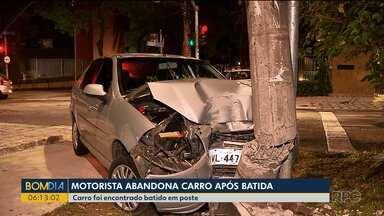 Motorista abandona carro após batida - Carro foi encontrado batido em poste.