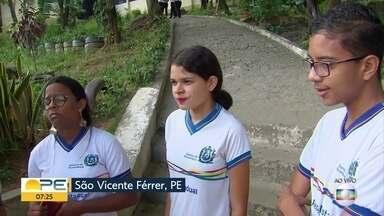 Estudantes denunciam falta de farda e material escolar em São Vicente Férrer - De acordo com os alunos, há dois meses do fim do ano, eles não receberam farda, lápis, borracha, caderno e mochila.