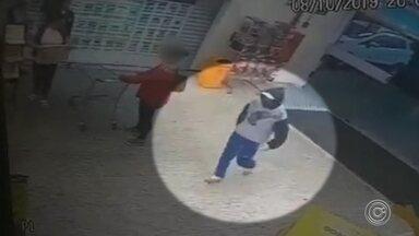Vídeo mostra ladrão sendo baleado durante assalto a supermercado em Itatiba - O TEM Notícias teve acesso às imagens do assalto a um supermercado em Itatiba (SP), na noite de terça-feira (8). Um homem entrou com uma faca para levar o dinheiro dos caixas do supermercado. O bandido morreu depois que um policial militar aposentado que fazia compras reagiu e atirou nele.