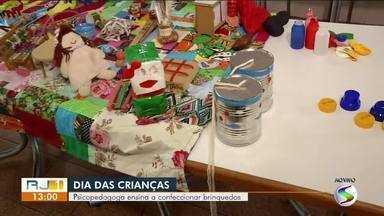 Psicopedagoga mostra resultado da confecção de brinquedos para do Dia das Crianças - Segundo a especialista, construir brinquedos aproxima os pais dos filhos.