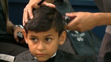 """Barbeiros voluntários vão até escolas públicas cortar cabelo de crianças e adolescentes - Onze barbeiros fazem parte do projeto """"Tapa Solidário""""."""