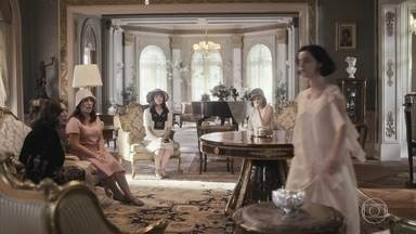 Emília manda Lola, Olga e Clotilde embora quando Justina aparece - Ela manda a filha voltar para o quarto e pede para as sobrinhas irem embora