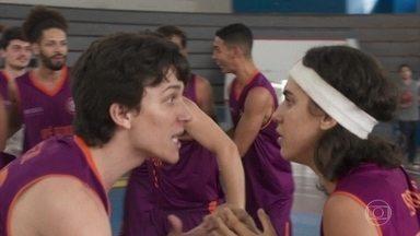 Gabriela marca ponto decisivo na final do campeonato de basquete - Algumas pessoas reconhecem Gabriela na quadra