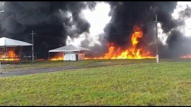 Acidente entre dois caminhões deixa dois mortos em Seropédica, na Baixada Fluminense - Um dos veículos transportava óleo diesel. Com a batida, combustível se espalhou e provocou explosões