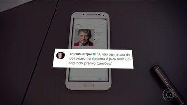 Chico Buarque diz que Bolsonaro não assinar diploma é 'um segundo prêmio Camões' - Cantor reagiu, nesta quarta, à declaração do presidente Jair Bolsonaro sobre não ter assinado, até hoje, o diploma do Prêmio Camões.