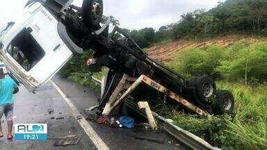 Uma pessoa fica ferida depois que caminhao tombou na BR-101, em Joaquim Gomes - Motorista teve ferimentos graves e foi socorrido pelo Samu.