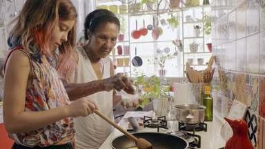Revendo os Amigos - Depois de rever parentes e amigos, Bela Gil organiza tudo para o lançamento do livro, que inclui entrevista na TV e noite de autógrafos. Na cozinha, a chef prepara pão e cookie.