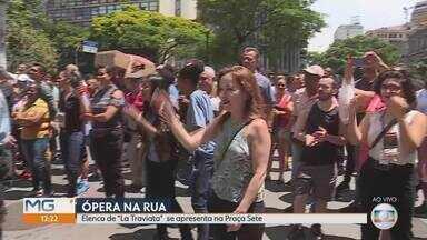 """Elenco de """"La Traviata"""" se apresenta na Praça Sete - Artistas interpretam histórias de amor e tragédia no centro da capital."""