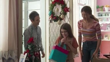 Sofia e seu pai visitam Paloma - Paloma recebe uma coleção grande de livros enviadas por Alberto