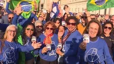 Fiéis chegam cedo à Praça São Pedro, no Vaticano, para a canonização de Irmã Dulce - Desde muito cedo, os fiéis foram chegando à Praça São Pedro para conseguir um bom lugar para acompanhar a cerimônia.