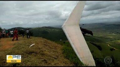 Piloto de asa delta fica ferido em acidente durante torneio de voo livre - Luiz Henrique Miranda, de 32 anos, foi levado para a Unidade Mista de Vicência, na Zona da Mata Norte, onde ocorre disputa.