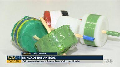 Crianças se divertem com brincadeiras antigas em Foz do Iguaçu - Brinquedos que fizeram parte de várias gerações ajudam os pequenos a desenvolverem habilidades.