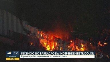 Barracão da Escola de Samba Tricolor Independente pegou fogo nesta segunda-feira (14) - Foram necessários 60 bombeiros que trabalharam por quase 5 horas para apagar o fogo.