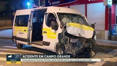Acidente entre van e ônibus deixa 11 pessoas feridas em Campo Grande - O acidente foi nesta segunda (14), na esquina das ruas Cesário de Melo e Augusto Vasconcelos. Segundo um policial militar, um ônibus avançou o sinal e bateu na van. Onze pessoas ficaram feridas sem gravidade.