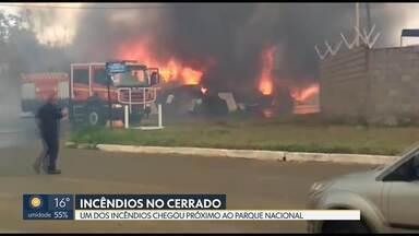 Incêndio de grandes proporções chega próximo do Parque Nacional - Bombeiros atenderam esse e outro chamado na tarde desta segunda-feira (14). O segundo incêndio foi dentro do Parque Ecológico de Águas Claras.