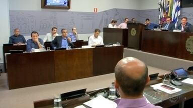 Vereadores discutem se agentes escolares podem dar banho e trocar fraldas de bebês - Os vereadores de Araçatuba (SP) discutiram na sessão da Câmara desta segunda-feira (14) se agentes escolares homens podem dar banho e trocar fraldas de bebês.